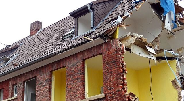 Ein Haus bei dem eine Häuserwand abgerissen ist